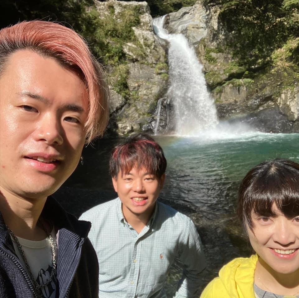 清納の滝で集合写真
